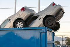 Voitures d'ordure dans l'argent liquide de décharge pour des tas de ferraille Photo stock