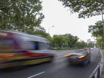Voitures dans la rue de Castellana images libres de droits