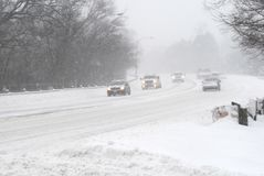 Voitures dans la tempête de neige Photographie stock libre de droits