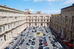 Voitures dans le musée de Vatican le 30 mai 2014 Images libres de droits