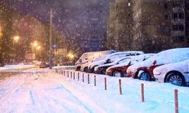 Voitures dans le parking pendant l'hiver photo stock