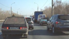 Voitures dans le trafic sur la route banque de vidéos
