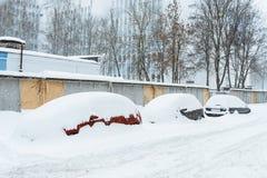Voitures dans une neige de rangée image libre de droits