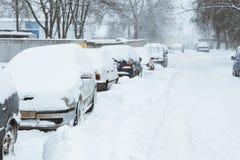 Voitures dans une rangée sous la neige photo stock