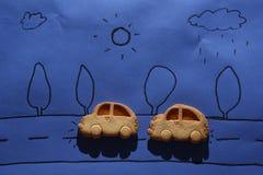 Voitures de biscuit sur une feuille bleue Image libre de droits