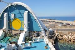 Voitures de chargement sur le ferry par le nez ouvert du bateau image libre de droits