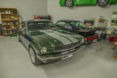 Voitures de course dans un garage Photo stock