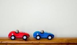 2 voitures de course en bois de jouet avec l'espace de copie Photographie stock