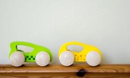 2 voitures de course en bois de jouet avec l'espace de copie Images libres de droits