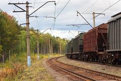 Voitures de fret sur la voie de chemin de fer images stock