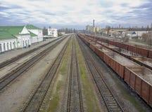 Voitures de fret sur les voies ferrées Transports de Tavarny par chemins de fer image libre de droits