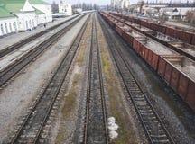 Voitures de fret sur les voies ferrées Transports de Tavarny par chemins de fer images libres de droits