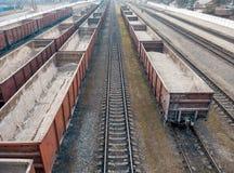 Voitures de fret sur les voies ferrées Transports de Tavarny par chemins de fer images stock
