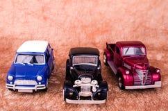 Voitures de jouet de vintage à un vieil arrière-plan Image libre de droits