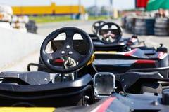 Voitures de kart garées à côté de la voie en prévision des conducteurs image stock