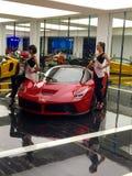 Voitures de luxe de Ferrari sur l'affichage et les modèles Photos stock