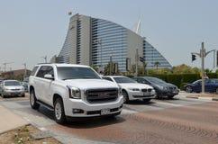 Voitures de luxe devant l'hôtel de Jumairah, ville de Dubaï, Emirats Arabes Unis le 6 mai 2015 Photos stock