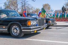 Voitures de luxe soviétiques ZIL-41047 et GAZ-14 Chaika Photos stock