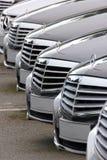 Voitures de Mercedes Benz alignées images stock