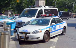 Voitures de patrouille de NYPD sur la rue, New York Image libre de droits