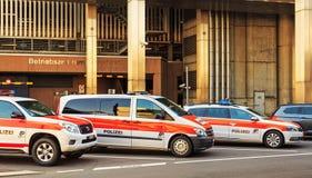 Voitures de police à l'aéroport de Zurich en Suisse Image stock