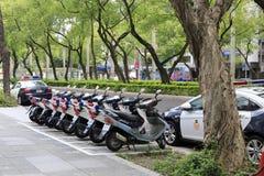 Voitures de police et motocycles placés d'une manière ordonnée par la route Photo stock