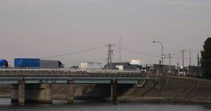 Voitures de précipitation sur le pont dans le secteur induzrial en Yokkaichi Mie Japan clips vidéos