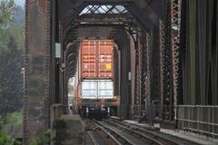 Voitures de rail empilées par double et bas dégagement image stock