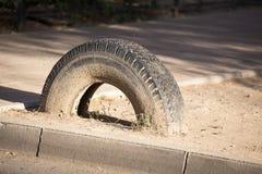 Voitures de roue dans la terre Photo libre de droits