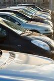 Voitures de stationnement dans une rangée Photo stock