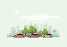 Voitures de stationnement et fond de ville avec les arbres verts Image libre de droits