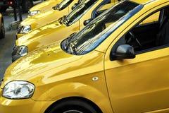 Voitures de taxi dans une rangée Photo stock