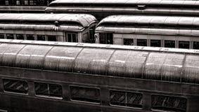 Voitures de tourisme de longeron de cru dans la vieille station de train Image libre de droits