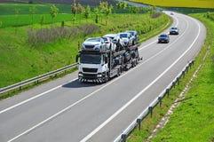 Voitures de transport de camion photos libres de droits