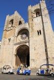 Voitures de tuk de Tuk devant la cathédrale de Lisbonne, Portugal Photographie stock