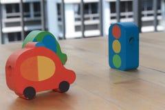 Voitures en bois de jouet avec le feu de signalisation sur la table Image libre de droits