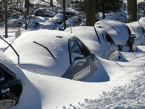 Voitures enterrées après la tempête de neige Image libre de droits
