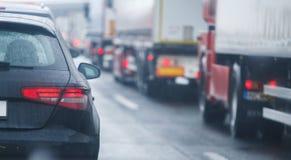 Voitures et camions d'embouteillage conduisant sur la route de route image stock