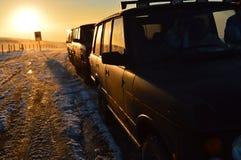 Voitures et coucher du soleil Image libre de droits