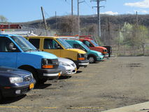 Voitures et fourgons de différentes couleurs dans Haverstraw occidental, NY Image libre de droits