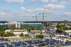 Voitures et industrie dans le port de Southampton Image libre de droits