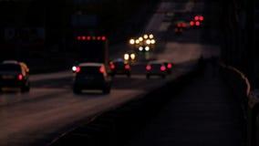 Voitures et petit follpw de voie en bas de l'autoroute dans l'evenfall, defocused clips vidéos