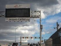 Voitures et trafic de camion sur la route du pont de Jacques Cartier avec son logo, dans la direction vers Montréal photographie stock