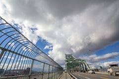 Voitures et trafic de camion sur la route du pont de Jacques Cartier, dans la direction vers Montréal photographie stock