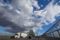 Voitures et trafic de camion sur la route du pont de Jacques Cartier, dans la direction vers Montréal image libre de droits