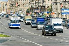 Voitures et transport en commun sur la perspective Mira Photo libre de droits
