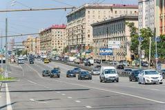 Voitures et transport en commun sur la perspective Mira Image libre de droits