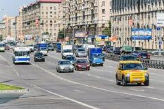 Voitures et transport en commun sur la perspective Mira Photos libres de droits