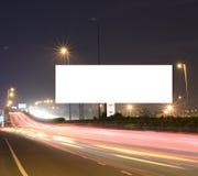 Voitures expédiantes sur l'infrastructure routière moderne avec la palissade vide pour des message textuels, long tir artistique  Images libres de droits