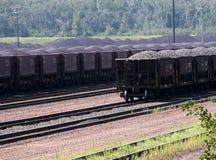 Voitures ferroviaires chargées Photos stock